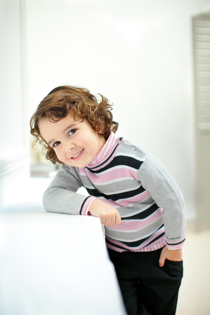 Colección Matisse, combinada en tonos rosa pétalo, con superposición de volantes combinado con tejido de punto en algodón para ella. Para el niño las tonalidades están combinadas sobre rayas y tejido vichy. Tutto Piccolo