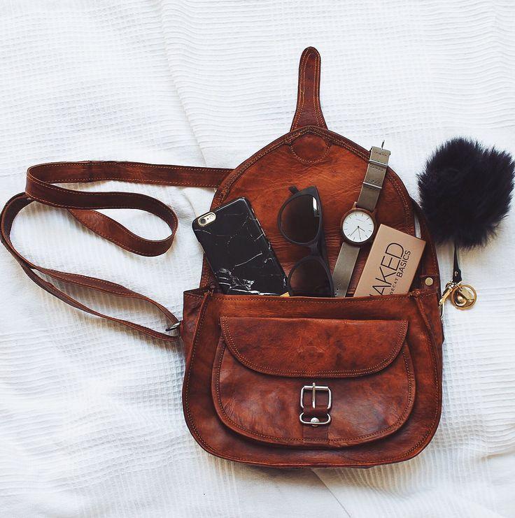 """Die Handtasche """"Romy"""" mag luftige Sommerkleidchen und Strandspaziergänge genauso gern wie Cocktaildresses und die Tanzfläche. Mit ihrer idealen Größe erweist sie sich als perfekter Freizeitbegleiter, der nicht nur schick, sondern auch praktisch ist - Vintage - Lederhandtasche - Gusti Leder - M23"""