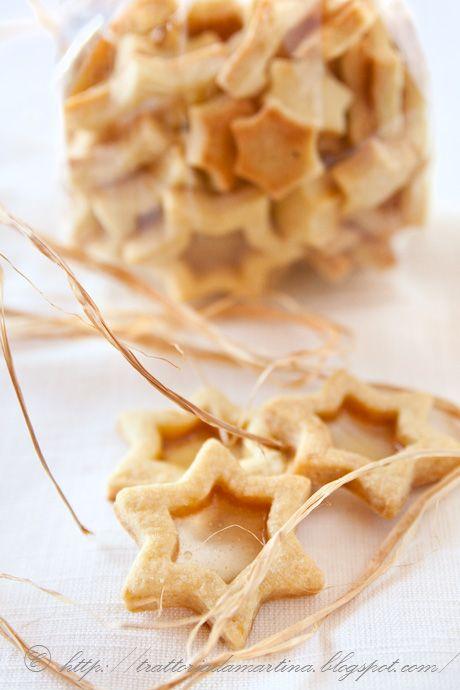 Questi biscottini di vetro sono un'idea regalo molto originale e possono anche essere usati per addobbare l'albero di Natale