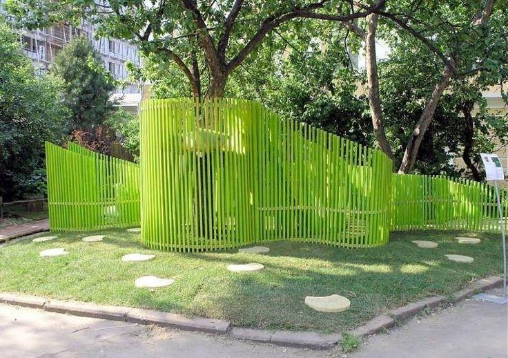 palissade de forme asymétrique en bois massif teinté en vert citron