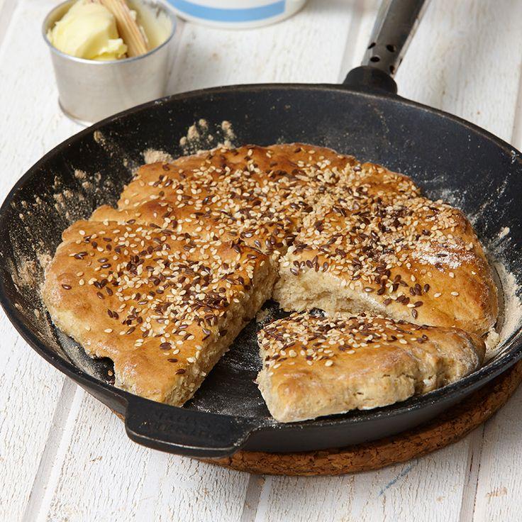 Baka scones i stekpanna. Det här är ett enkelt bakpulverbröd som inte behöver jäsa.