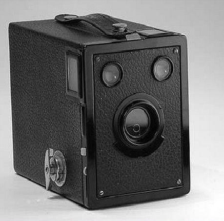 Esta cámara es la Eastman kodak target six-20 inventada en 1933 en Estados Unidos, mejora en su diseño y color de las fotos con respecto a anteriores modelos.