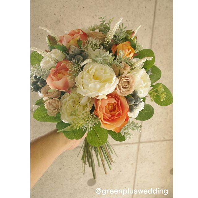 白グリーンベースにオレンジ&ベージュローズを加えたナチュラルブーケ♡お揃いのブライズメイドブーケもご用意させて頂きました#greenplus#greenpluswedding#artflower#artflowerwedding#artflowerbouquet#造花#アートフラワー#wedding bouquet#ウェディングブーケ#bouquet#ブーケ#ヘッドパーツ#花飾り#ブライダルヘアー#ヘアメイク#海外挙式#国内挙式#結婚式#前撮り#後撮り#レセプションパーティー#フォトウェディング#フォトツアー#リゾートウェディング#hawaiiwedding#ハワイウェディング#グアムウェディング#バリウェディング