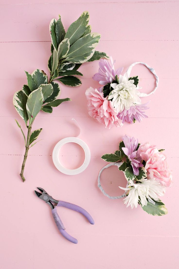DIY Bloemen servetringen. Perfect voor een huwelijk, een babyshower of... een romantisch Valentijnsdiner. // via A Beautiful Mess