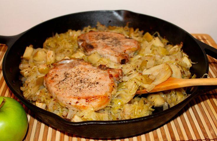 Fincsi és könnyen elkészíthető, a hétvégi ebédeken is megállja a helyét! Hozzávalók: 1 kg sertés karaj 3 nagyobb hagyma 3 gerezd fokhagyma 1 fél zellergumó 1 teáskanálnyi curry 1 dl száraz fehérbor só, bors olaj Elkészítése: A húst...
