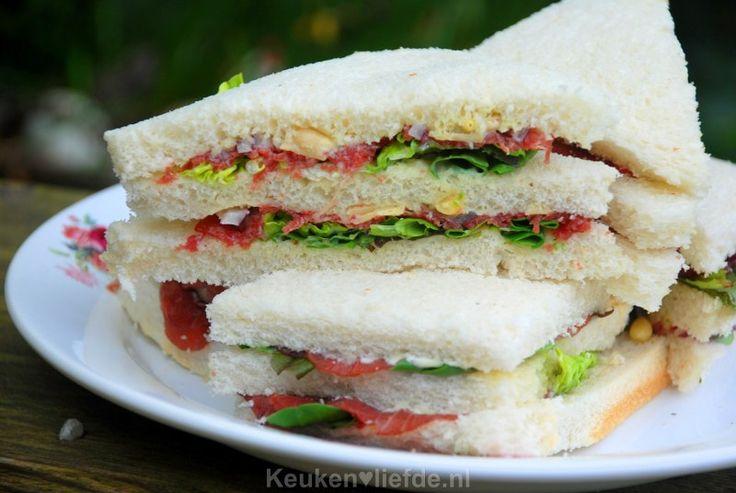 Deze carpaccio sandwiches zijn het toppunt van een luxe lunch, maar je kunt ze ook perfect inpakken en meenemen naar een picknick!