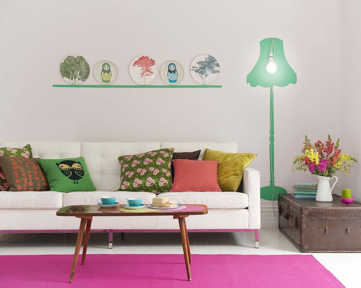 Pour dynamiser l'espace, jouez avec les teintes florales lumineuses ! Inspirez-vous des floraisons estivales telles que le rose vif, l'orange chaleureux, le corail et le vert frais pour emplir un salon pâle d'énergie positive.