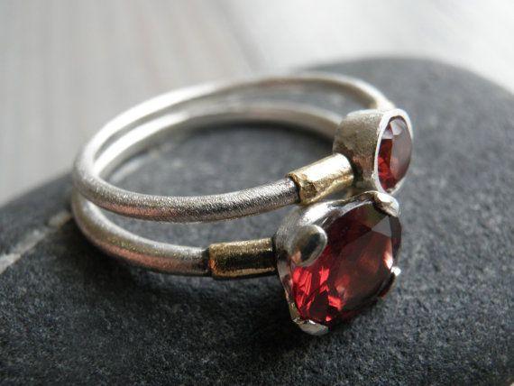 Anel Granada de Prata Esterlina Empilhada, U$ 250 | 25 anéis de noivado deslumbrantes que não são feitos com diamantes