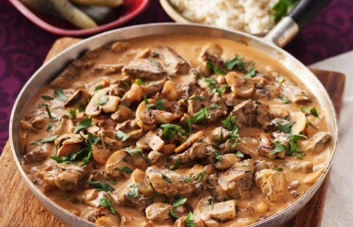 Biff stroganoff är en riktig klassiker! Vi lägger rostbiff, svamp och lök tillsammans med en krämigt god sås i en gryta och serverar med ris och saltgurka. Så gott och så enkelt!