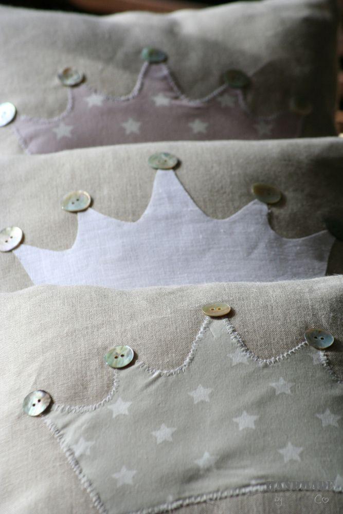 Cojines decorados con #coronas y #botones