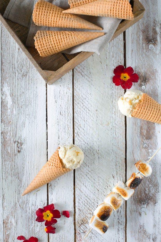 Ice cream with white chocolate and roasted marshmallows Eis mit weißer Schokolade und gerösteten Marshmallows