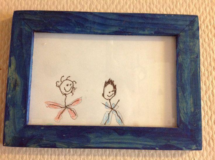"""Eräs vanha äitienpäivälahja. Rakkaat poikani esikoisen piirtämänä. Nyt tämä siniasuinen """"pehkopää"""" on teini ja  puna-asuinen """"kikkarapää"""" tulee kovaa vauhtia perässä!"""