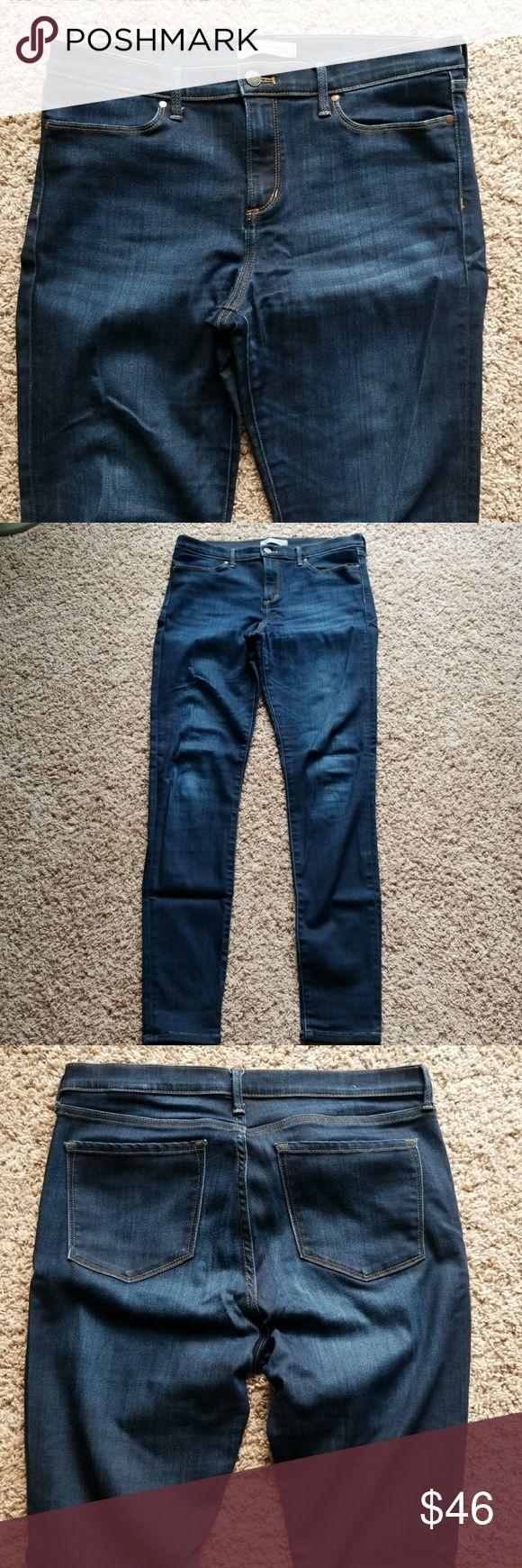 Banana Republic legging fit jean 31long Banana Republic legginf fit jean in size 31 LONG. Soft, stretchy fabric. Beautiful dark wash. Excellent condition! Banana Republic Jeans Skinny