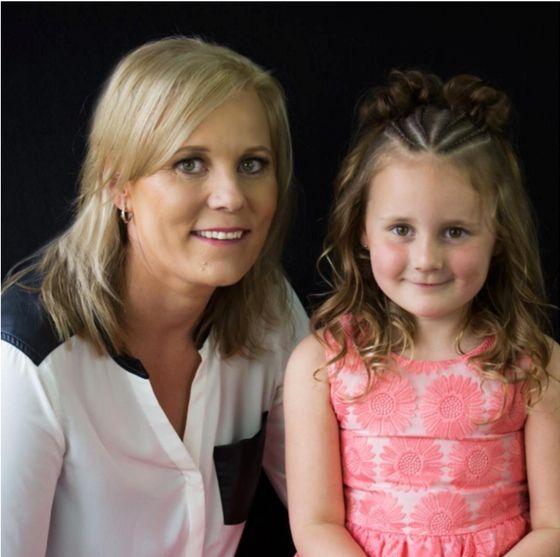Elölről,+a+6+éves+Grace+Gifford,+úgy+néz+ki,+mint+egy+teljesen+normális+kislány.+A+családjával+él+Ausztráliában,+ahol+az+élet+nyugodt,+csendes.+De+amikor+az+anyja+elkezd+a+hajával+dolgozni,+a+dolgok+vaddá+válnak.  Az+anya,+Shelley+Gifford,+abszolút+a+szórakoztató+frizurák+királynője.+Elsajátított…