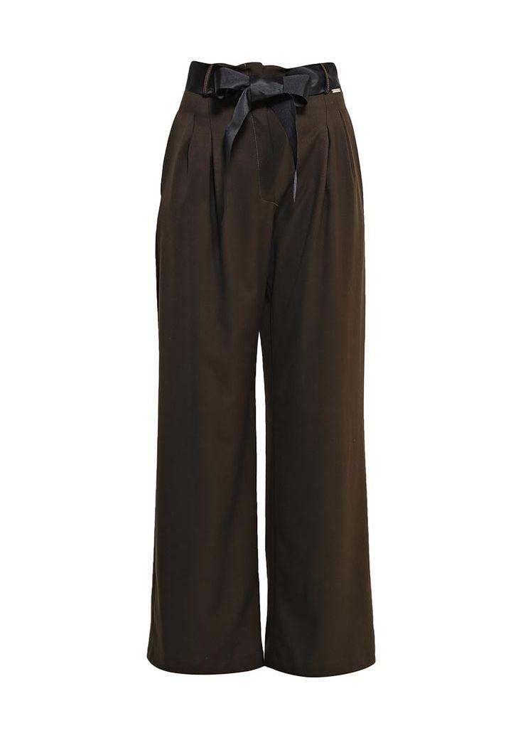 Брюки Rinascimento выполнены из плотного текстиля. Детали: спереди застежка на молнию; шлевки; широкий пояс; по бокам карманы.