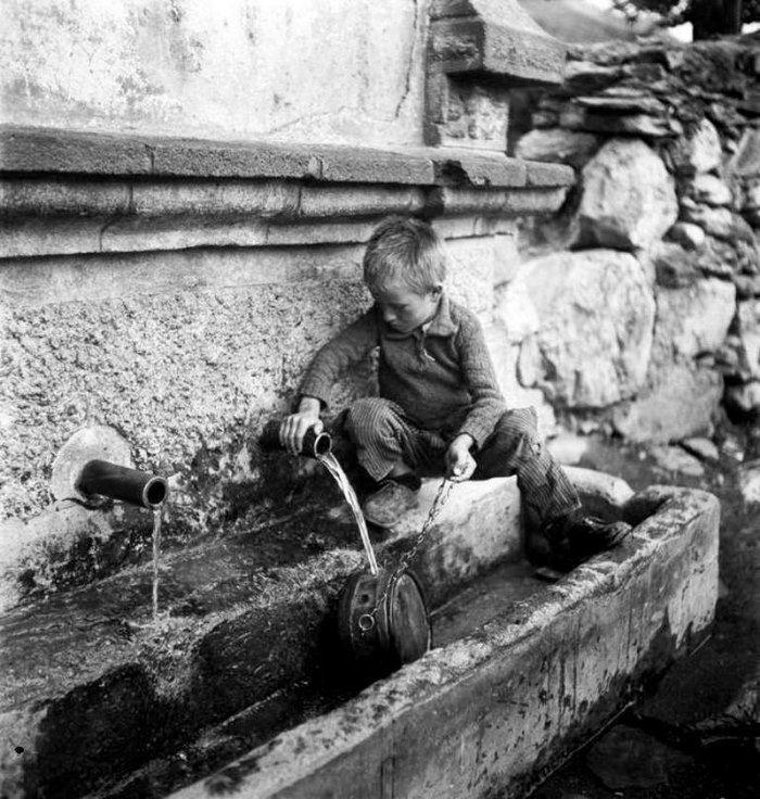 Όταν το νερό έμπαινε στα σπίτια με τις στάμνες.. 38 εξαιρετικά σπάνιες φωτογραφίες