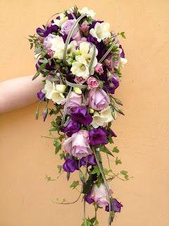 lila prärienlockor, vita freesior, lila rosor, lila kvistrosor, murgröna, Texasgräs och hjärtan på tråd.