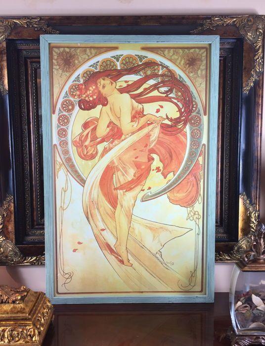 """""""Dance"""" door Alphonse Mucha (1898) - Extra grote houten frame af: drukken - decennium van de jaren 1970  """"Dance"""" behoort tot """"The Arts"""" (serie) ontworpen door Alphonse Mucha in het jaar 1898. Deze serie werd gedrukt op vellum in een oplage van 1000 exemplaren met een extra 50 exemplaren beperkte oplage gedrukt op satijn. Dans de meest sensuele van de serie is de enige staande figuur. Haar bochtige figuur en lang kastanjebruin haar zwaaien in de herfst wind.Dit is een groot houten frame kleur…"""
