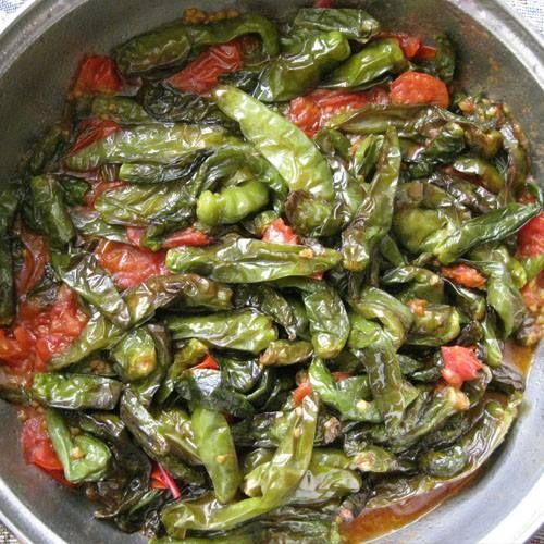 Quest'oggi vi lascio un goloso contorno o piatto unico seservito on pane:peperoncini verdi con pomodoro :) I peperoncini verdi, in altre regioni