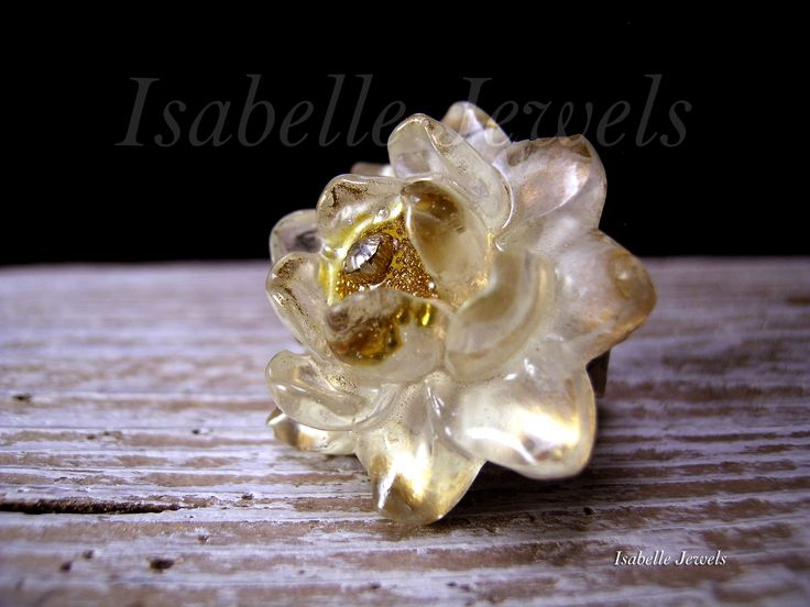 isabellejewels.com Anello fiore di ninfea, realizzato in resina cristallo. base anello in metallo brunito regolabile #ring #resin #art #arts #artist #artistic #creative #artwork #design #designer #fashion #look #jewels #jewelry #anello #gioielli