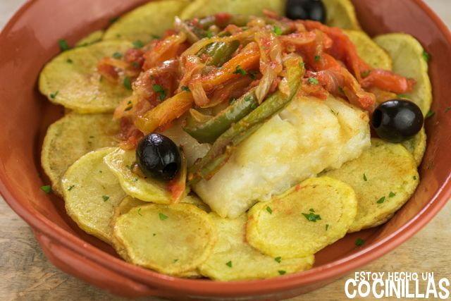 Cómo preparar bacalao a Braga (baclahau à Braga). Receta fácil paso a paso. Típico de la cocina portuguesa del note. Con patatas fritas y pimientos.