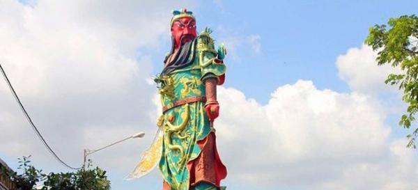 Massa Desak Patung Dewa Perang China di Tuban Dirobohkan