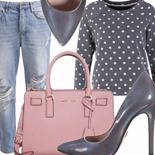 Jeans strappati modello cinque tasche, maglia grigia con pois bianchi a maniche lunghe, scarpe grigio cangiante con tacco alto e punta, borsa rosa chiaro con manici corti e tracolla