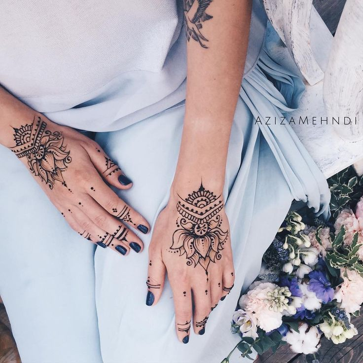 """Aziza Said-Shah on Instagram: """"Lotus and rings for fairy Marie Inspired by @ginkas_arts ❤️ Вчера у меня случился незапланированный, но совершенно прекрасный девичник в компании двух Маш и Ани, ну и конечно как же без рисунков на руках...)))) #AzizaMehndi"""""""