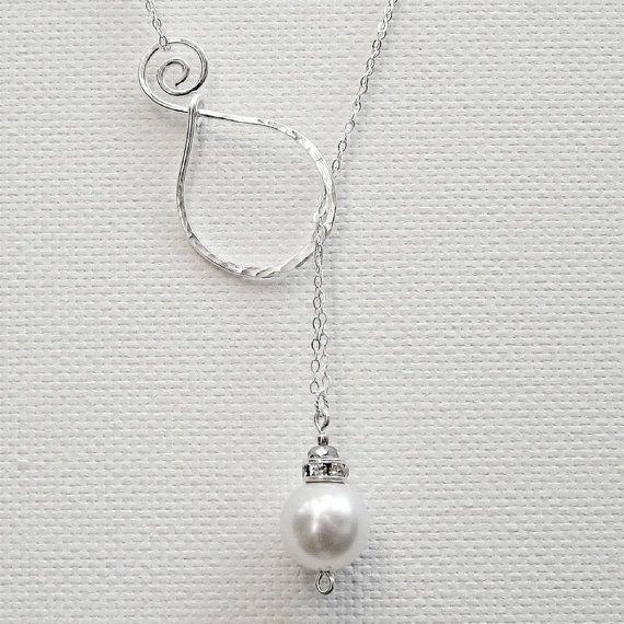 Gewoonweg verbluffend parel hanger zilver lariat ketting is klassieke en verfijnde. Deze lariat ketting is zo uniek en zou zoek fantastische Mothers Day, bruiloften of een willekeurige dag of nacht. De swirl hoepel is handgemaakt en geciseleerde uit 16 gauge edele metalen. Swirl Component maatregelen: 1 1/2 inch De keten is verdubbeld en sterling zilver, gouden gevuld of rose goud gevuld. Een enkele 12 mm Swarovski crystal parel is het brandpunt. Parel opties komen in wit of crème. ...