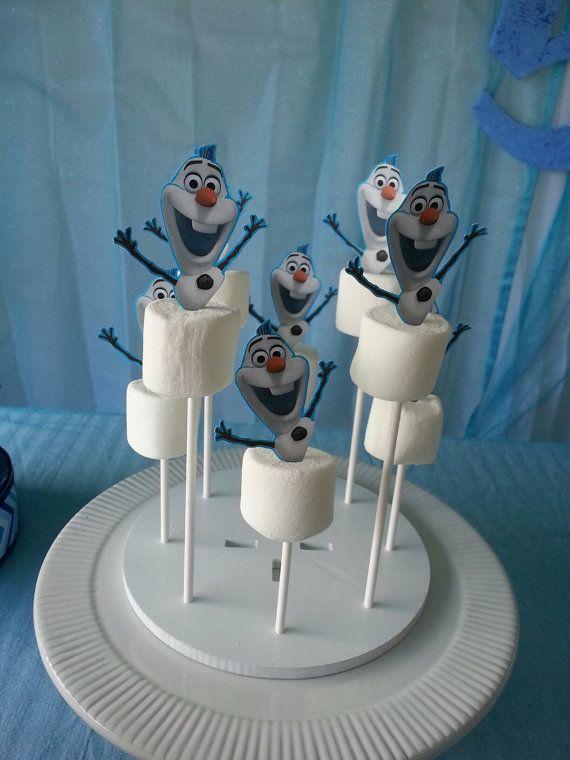 Olaf traktatie: marshmallow op een cakepop-stokje. Zelf een Olaf printen en uitknippen (of kopen bij een taartenwinkel). Eventueel de onderkant dippen in witte chocolade en blauwe/witte suikers (Action).