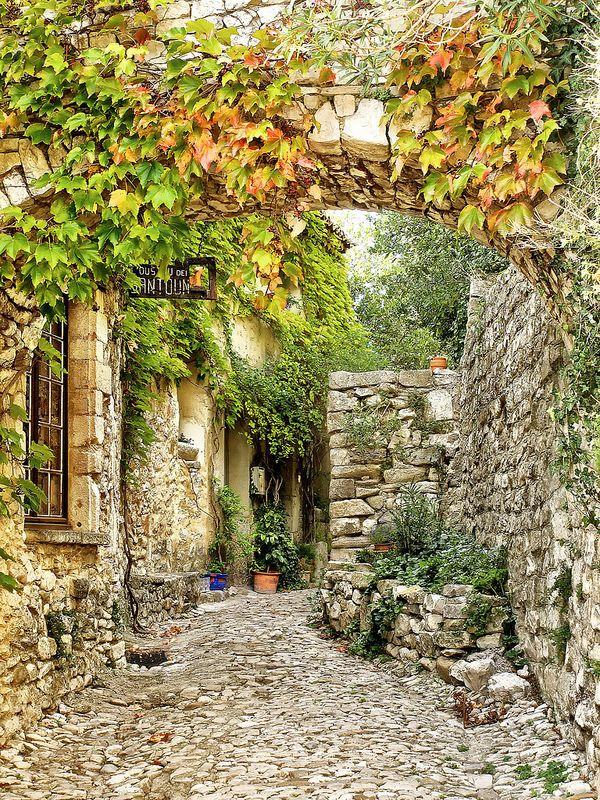 """I would love to live in a place like this!! L'oustau dei santoun. La """"maison des santons"""" à Séguret , Vaucluse, France."""