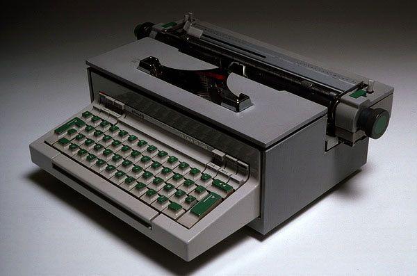 Machine à écrire Praxis 48, 1964 Fabricant Olivetti (Italie) 16 x 46 x 34 cm En collaboration avec Hans von Klier En production depuis 1965 Boîtier en aluminium moulé sous pression. Touches en polypropylène