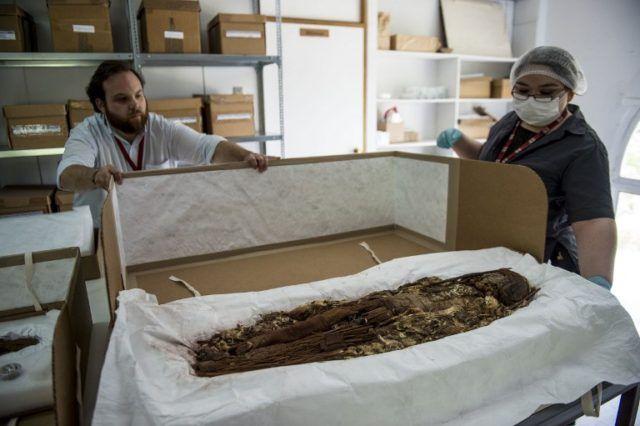 Nota de la agencia AFP, sobre el proceso de escaneo al que están siendo sometidas las momias chinchorro del MNHN.