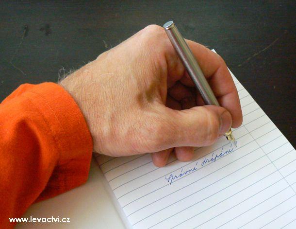 Horní metoda psaní (drápání): leváci se potřebují učit jinak si naklánět papír. Počítáme vždy s tím, že na počátku docházky do školy se hodně věcí opisuje podle předlohy, kterou by si ideálně dítě nemělo rukou při psaní překrývat. A další užitečné informace o levácích a pro leváky...
