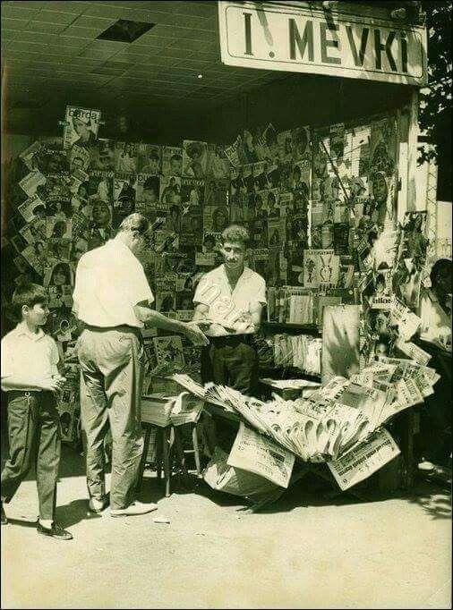 Karaköy Vapur İskelesi'nde gazete satan adam (1966)
