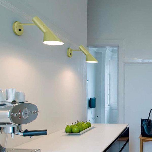 Aj petroleum vägg läslampa från Louis Poulsen har en stilren och tidlös design.