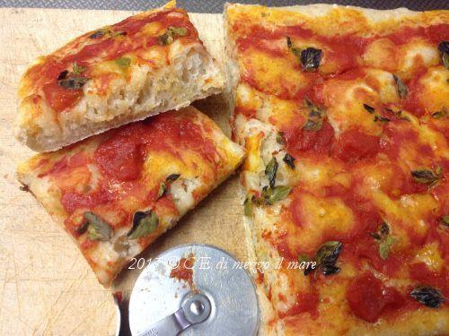Non sempre, ma, a casa mia, ogni tanto il sabato è giorno di PIZZA! Il problema è fare la pizza che evoca questa parolina magica, senza la pietra refrattaria o il fornetto Pizza Express, direi impossi