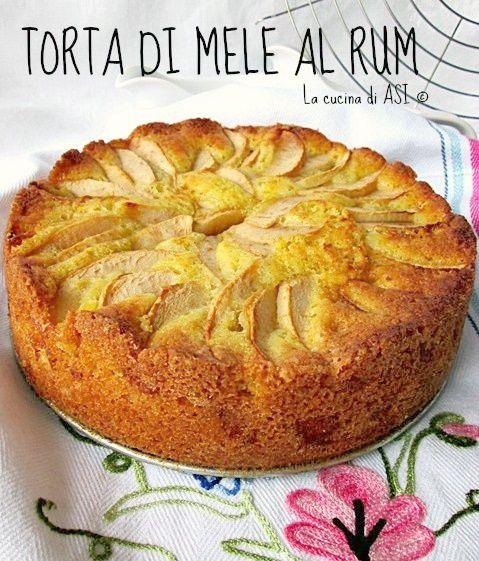 La torta di mele con il profumo del rum per effetto della macerazione della frutta in questo liquore è l'ultima ricetta di casa: strabuona!