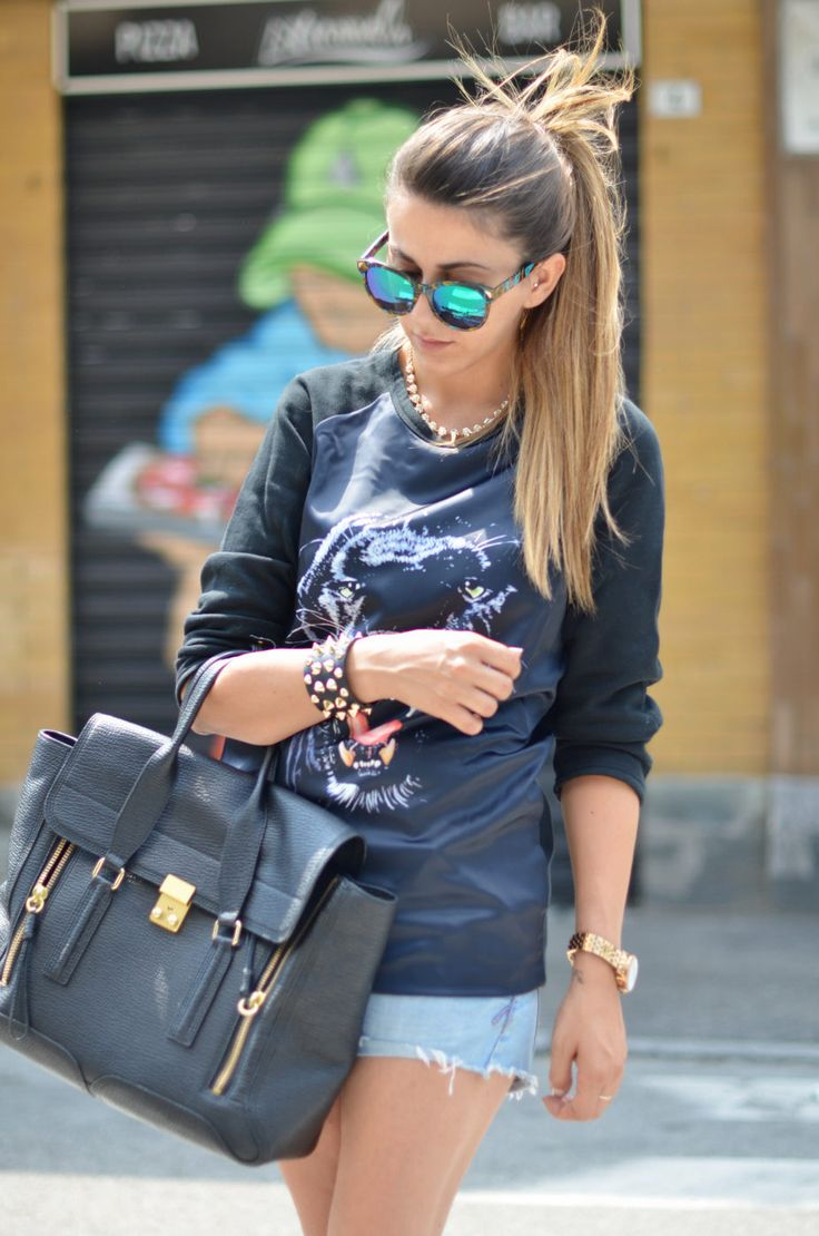 Rock Outfit: Maglia Con Tigre & Sneakers Con Zeppa  #Graphic #Sweaters #Denim #Shorts #Totes