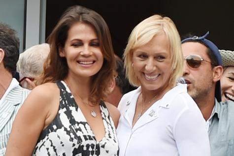Martina Navratilova et sa compagne vont se marier. La légende vivante du tennis féminin a fait sa demande. Julia Lemigova est maintenant sa fiancée. - soirmag.be
