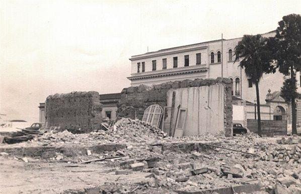"""Aqui se fez uma casinha de palha, com uma esteira de canas por porta"""". É assim que o padre José de Anchieta descreve a primeira construção erguida no local, hoje conhecido como Pátio do Colégio"""