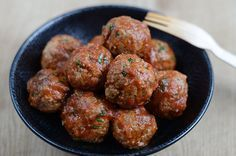 Albondigas en salsa de tomate: Das sind würzige Hackfleischbällchen in würziger Tomatensoße, ein typisches Rezept für spanische Tapas. Köstlich!