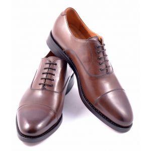 Berwick 3010 dark brown   Oxford Cap Toe to pozycja obowiązkowa w garderobie każdego mężczyzny. Klasyk wśród klasyków charakteryzujący się zamknięta przyszwą oraz przeszyciem w przedniej części buta (Cap...