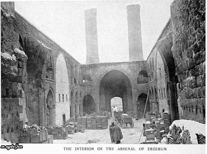 Erzurum Çifte Minareli Medrese içerisinde Rus askerleri ve cephaneliği-1916