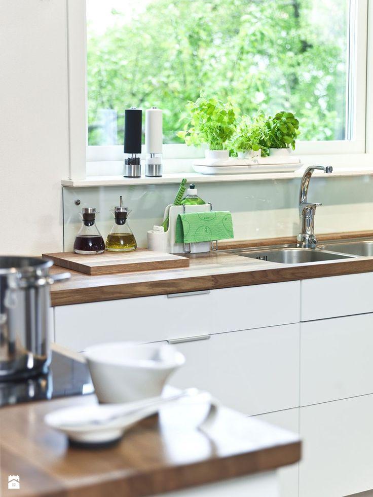 Tradycyjna kuchnia w kolorze białym - zdjęcie od SuperWnetrze.pl