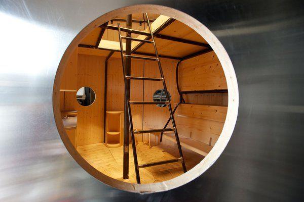 Charlotte PERRIAND  Les aménagements intérieurs du Refuge Tonneau ont été réalisés en bois de sapin. Chaleureux, ils rappellent les origines de sa création et sa vocation montagnarde.