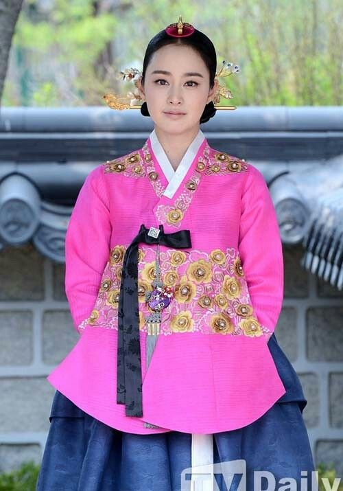 Kim Tae Hee in hanbok