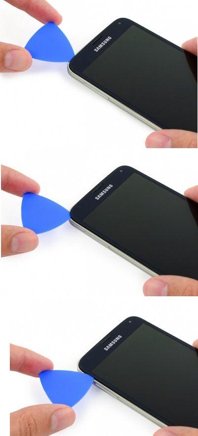 Stap 13. Schuif een plectrum zorgvuldig rond de linkerbovenhoek.  Als je enige weerstand ondervindt, gebruik weer de iOpener aan de linkerkant van de telefoon en probeer het opnieuw.