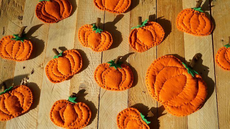 Tyto malé dýně jsme snadno vytvořili z oranžové plsti. Na stopku jsme pak použili kousky zelené a hnědé plsti.Vše je dohromady sešito bavlnkou, tímto způsobem můžeme dýně vytvářet v rýzných velikostech.