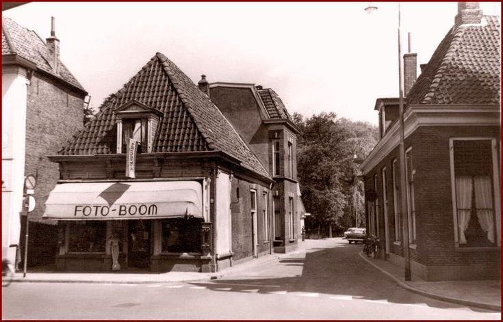 Almelo de Hofstraat.Het pand op onderstaande foto waar foto Boom in zit was vroeger schoenenzaak Mendels. Links van dit pand de Klompsgang, rechts de Hofstraat.